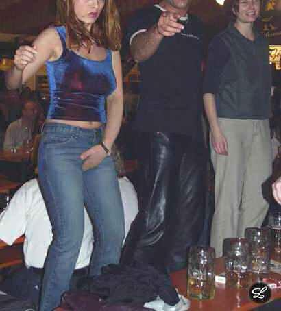 fille bourre biere pisse urine dessus danse sur table