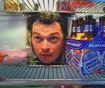 vidéo publicite biere budlight le voisin fait un trou dans le mur pour voler la biere dans le frigo du voisin