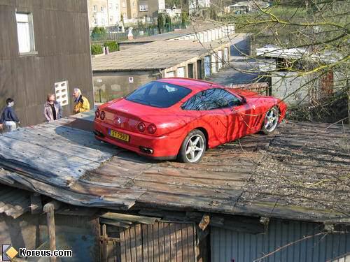 image voiture parking ferrari sur toit en taule