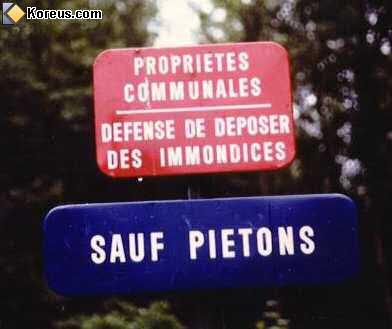 image pancarte panneau insolite defense de deposer de s immondices sauf pietons
