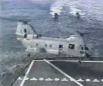vidéo atterrissage hélicoptère navy sur un bateau en mer ecrase dans eau