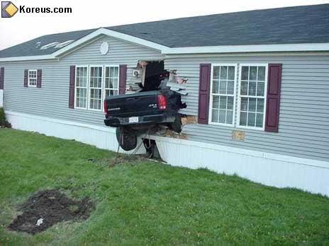 image rigolo accident voiture dans maison humour insolite