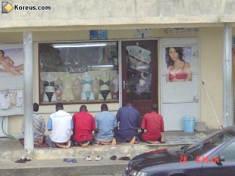 image musulman prient devant une vitrine de sous vetetements hommes femmes humour insolite