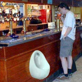 image bar avec toilette au comptoir hommes femmes humour insolite
