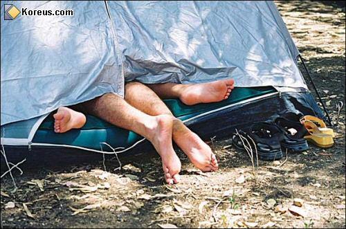 image homme femme tente pieds d�passent hommes femmes humour insolite