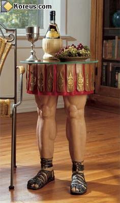 image table avec des pieds en forme de jambe de gladiateur hommes femmes humour insolite