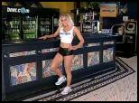 flash donner des ordres à une serveuse blonde de bar humour insolite